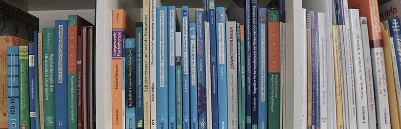 Bücherregal mit Psychologie Literatur