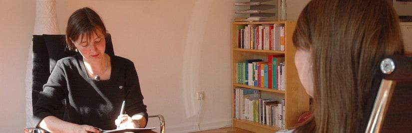 Psychologin Antje von Busch mit Patientin.